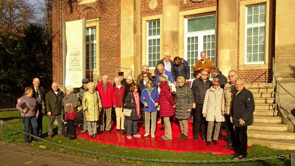 Gruppenfoto vor Lackmuseum