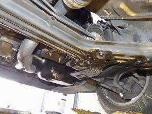 defekter Unterbau eines Fahrzeugs